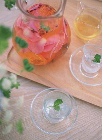 Sağlıklı yaşam  • Gül reçeli, gül şarabı, gül balı yenmeye devam edildiğinde mideyi kuvvetlendirir, yaralara ve tıkanıklıklara iyi gelir.  • İshali engellemek için 20 gr. Gül kurusunu 1litre suda kaynatın, günde 3 fincan içebilirsiniz.  • 2 su bardağı taze gül yaprağını, 2 bardak şeker ile karıştırın. 1 bardak su ile kısık ateşte 1-2 saat pişirin. Ocaktan almadan önce içine yarım limon suyu katın. Bu karışım hafif sindirim sistemi iltihaplarına, romatizma ve eklem iltihaplarına iyi gelir.  • 1 litre şarabın içine 1 avuç gül yaprağı atın, yarım saat dinlenmesi için bırakın. Cildinizi bu karışım ile temizleyin.